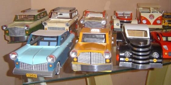 Coleção de miniaturas de carros reciclados