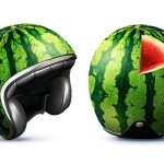 Capacete de melancia na cabeça para chamar a atenção