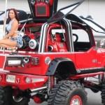 Jeep vermelho gigante com plataforma de pole dance