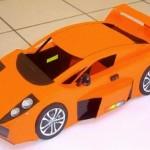Miniaturas de Ferraris e carros esportivos de lixo reciclado