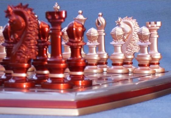Tabuleiro e peças do jogo de xadrez com design inovador