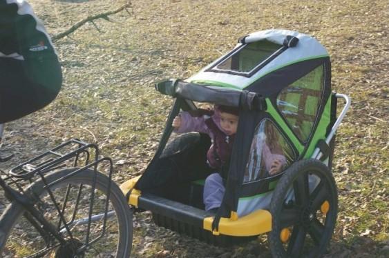 Carrinho infantil rebocado por bicicleta