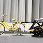 O carrinho de bebê adaptado como trailer a reboque de bicicleta