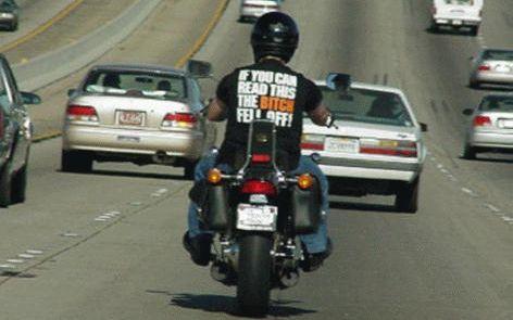 Frase em camiseta de motoqueiro: if you can read this the bitch fell off