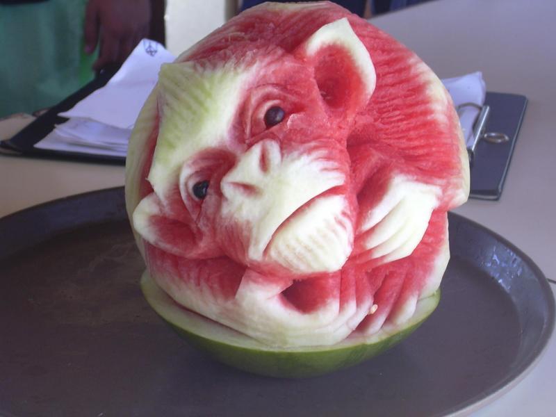 Escultura de macaco em melancia