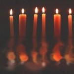 Casal em clima de sedução com velas e rosas vermelhas