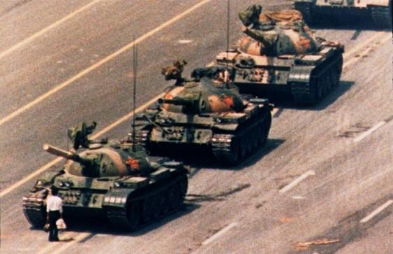 Chinês enfrenta coluna de tanques