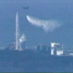 Bombeiros resfriam usina atômica do Japão
