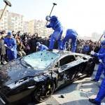 Chinês surta e detona Lamborghini Gallardo a marretadas