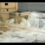 Em novo vídeo tsunami quase engole prédio no Japão