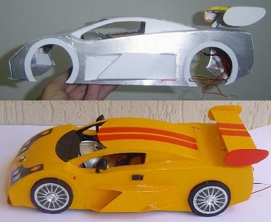 Réplica de automóvel em papelão