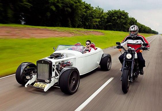 Carro e moto em estilo 'retrô'