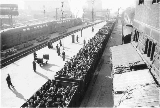 Judeus em vagões rumo a campo de concentração nazista
