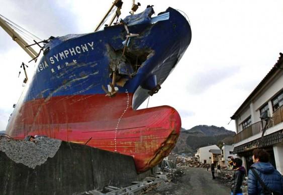Navio sobre o muro de contenção