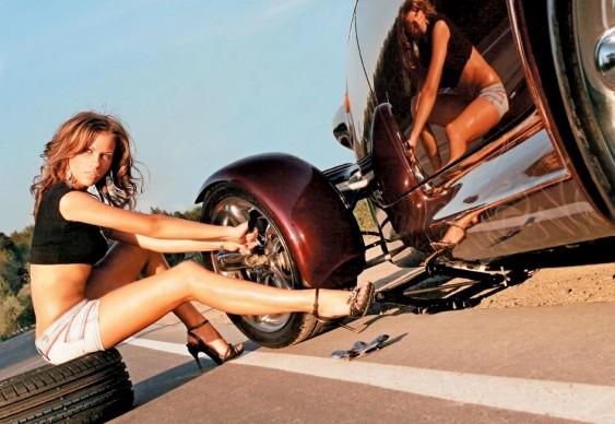 Mulher Hot Car - troca de pneu furado
