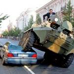 Prefeito esmaga Mercedes com tanque em golpe de marketing político