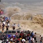 Pessoas são levadas pela curiosidade e por onda de rio na China