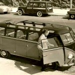 Uma Kombi modelo 1954, com teto solar, estilo cristaleira