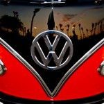 Restauração perfeita de uma Kombi Volkswagen vermelha e preta