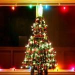 Árvores de Natal recicladas com latas de alumínio descartáveis