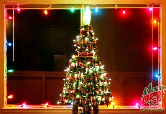 Árvore de Natal com latas recicladas