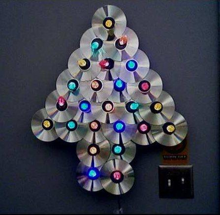 Reciclagem: árvore de Natal iluminada