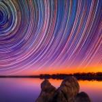 Estrelas riscam céu noturno com movimento de rotação da Terra