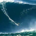 Surfista encara onda de 30 metros, altura de prédio com 10 andares