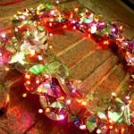 Guirlanda e árvore de CDs enfeitam Natal de shopping chique