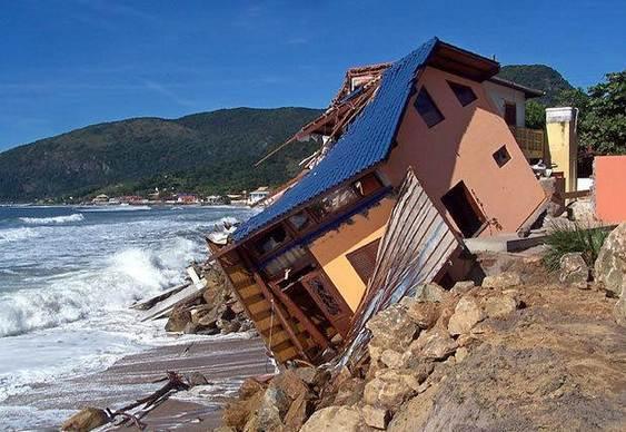 Mar destroi casa de praia