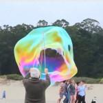 Brincando de fazer bolhas gigantes de sabão na praia