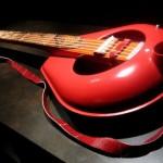 O som dos violões e guitarras feitos com penicos reciclados