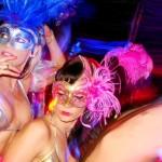 Marido e mulher num baile de máscaras no Carnaval