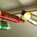 Latas de cerveja viram luminárias na decoração do bar
