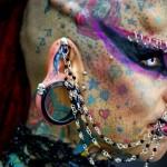 Mulher Vampiro é a Lady Gaga da tatuagem radical