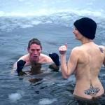 Aposta: três turistas mergulham pelados na água gelada