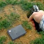Por malcriação no Facebook, pai fuzila laptop da filha adolescente
