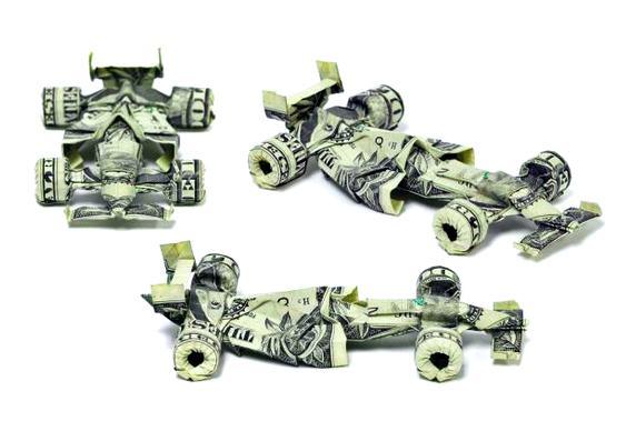 Carros de corrida feitos com notas de dólar
