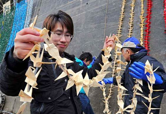 Origamis em homenagem às vítimas