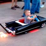 Carrinho de bebê Cadillac conversível cospe fogo na pista