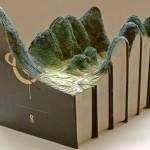 Transformação de livros em esculturas de paisagens exóticas