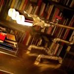 Luminárias feitas com garrafas, tubos e conexões de metal