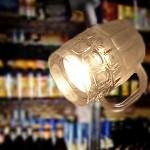 Caneca de chope e cerveja transformada em luminária de bar