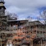 Fanático religioso constrói a 'maior casa de árvore do mundo'