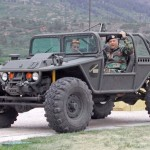 Buggy off-road com aparência militar de mini jeep Hummer