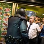 Garçom herói protege o povo contra a repressão policial na Espanha