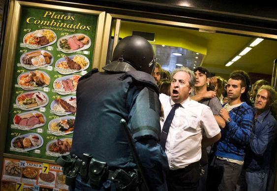 Garçom enfrenta a polícia
