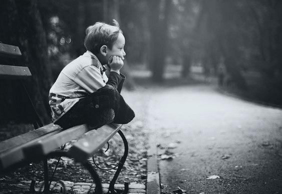 Menino solitário no inverno