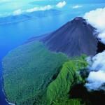 Vulcão ativo: aventureiro a menos de 30 passos da cratera do inferno
