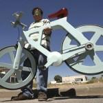 Bicicleta de papelão reciclado com 9 kg pode custar só 40 reais